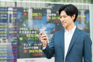若いアジア人のビジネスマンの写真素材 [FYI04644846]