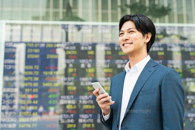 若いアジア人のビジネスマンの写真素材 [FYI04644849]