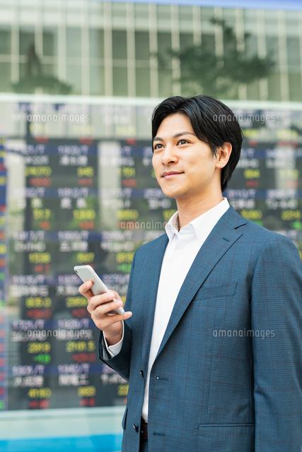 若いアジア人のビジネスマンの写真素材 [FYI04644850]