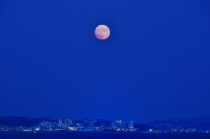 江の島の街の上に上がった中秋の名月の写真素材 [FYI04644872]