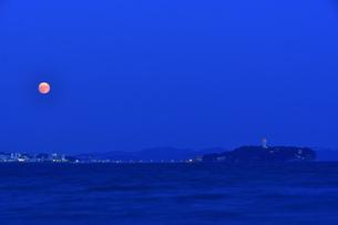 江の島と中秋の名月の写真素材 [FYI04644873]