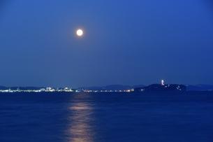 江の島と中秋の名月の写真素材 [FYI04644874]