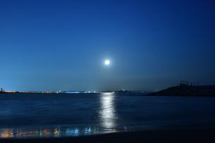 茅ケ崎jから見た江の島と中秋の名月の写真素材 [FYI04644878]