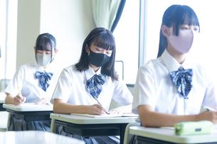 勉強する女子高生の写真素材 [FYI04645029]