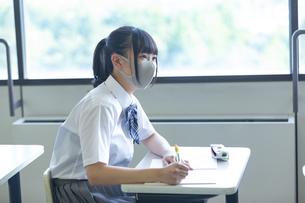 勉強する女子高生の写真素材 [FYI04645033]
