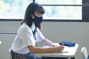 勉強する女子高生の写真素材 [FYI04645034]