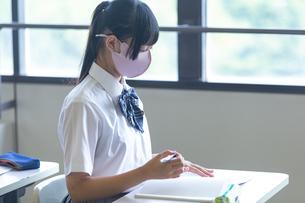 勉強する女子高生の写真素材 [FYI04645035]