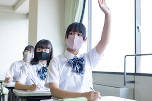 勉強する女子高生の写真素材 [FYI04645039]