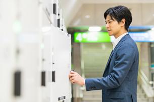 若いアジア人のビジネスマンの写真素材 [FYI04645100]