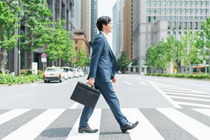若いアジア人のビジネスマンの写真素材 [FYI04645186]