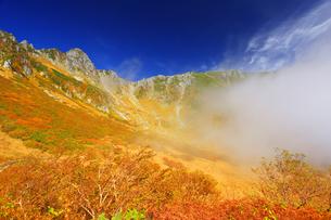 紅葉の千畳敷カールと宝剣岳と湧く雲の写真素材 [FYI04645190]