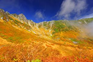 紅葉の千畳敷カールと宝剣岳と湧く雲の写真素材 [FYI04645193]
