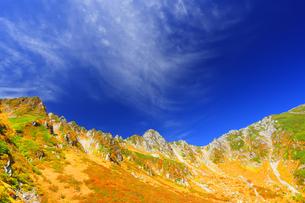 紅葉の千畳敷カールと宝剣岳と秋空の写真素材 [FYI04645207]