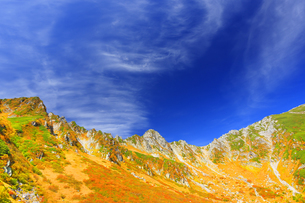 紅葉の千畳敷カールと宝剣岳と秋空の写真素材 [FYI04645209]