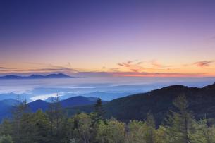 美ヶ原高原美術館付近から望む紅葉の樹林と浅間山と朝焼けの写真素材 [FYI04645262]