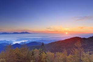 美ヶ原高原美術館付近から望む紅葉の樹林と浅間山と朝日の写真素材 [FYI04645264]