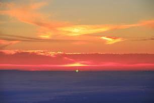 美ヶ原高原から望む朝日のグリーンフラッシュと佐久方向の雲海の写真素材 [FYI04645268]