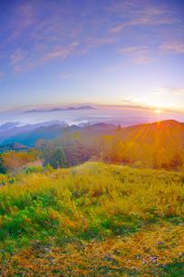 美ヶ原高原美術館付近から望む紅葉の樹林と浅間山と朝日の写真素材 [FYI04645272]