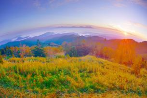 美ヶ原高原美術館付近から望む紅葉の樹林と浅間山と朝日の写真素材 [FYI04645277]
