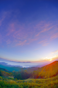 美ヶ原高原美術館付近から望む浅間山と朝日の写真素材 [FYI04645278]