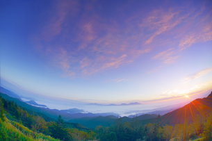 美ヶ原高原美術館付近から望む浅間山と朝日の写真素材 [FYI04645281]