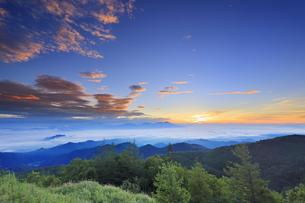 美ヶ原高原美術館付近から望む浅間山と朝の雲海の写真素材 [FYI04645282]