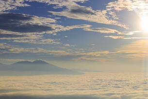 美ヶ原高原美術館付近から望む浅間山と朝の雲海の写真素材 [FYI04645283]