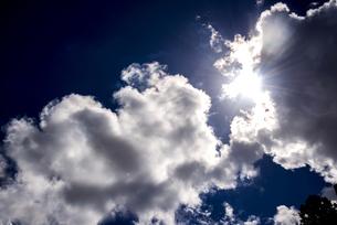 雲の切れ間からもれる夏の太陽の光の写真素材 [FYI04645303]