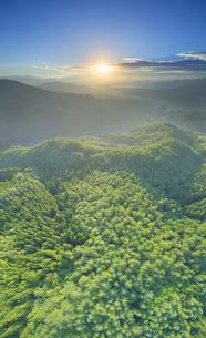 十観山から望む浅間山方向の山並みと朝日の写真素材 [FYI04645327]