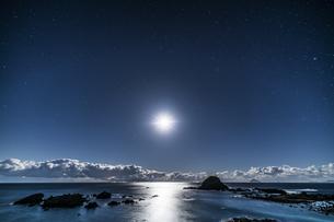 月と海面 爪木崎公園の写真素材 [FYI04645370]