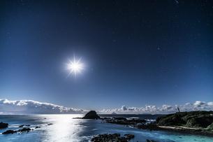 月と海面 爪木崎公園の写真素材 [FYI04645372]