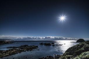 月と海面 爪木崎公園の写真素材 [FYI04645376]