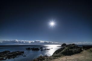 月と海面 爪木崎公園の写真素材 [FYI04645377]