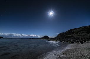 月と海面 爪木崎公園の写真素材 [FYI04645383]