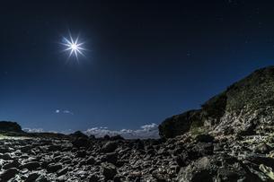 月夜の爪木崎公園の写真素材 [FYI04645385]