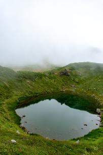 北海道 秋の大雪山旭岳の風景 満月沼の写真素材 [FYI04645446]