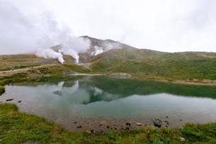 北海道 秋の大雪山旭岳の風景 姿見の池の写真素材 [FYI04645457]