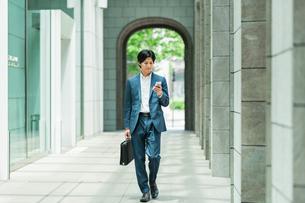 若いアジア人のビジネスマンの写真素材 [FYI04645645]