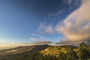 渋峠南から見る朝の草津白根山 の写真素材 [FYI04645790]