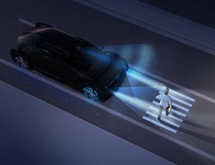 暗闇のなか車が道路横断中の歩行者の前に急停止した。ADAS先進運転システムのコンセプトの写真素材 [FYI04645804]