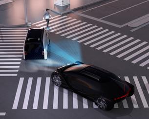 交差点に一時停止し歩行者を譲る宅配車に安全装置作動で追突を免れたクルマのイメージの写真素材 [FYI04645813]