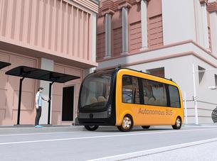 バス停にスマホでライドシェアをリクエストして迎えに来た自動運転バスのイメージの写真素材 [FYI04645852]
