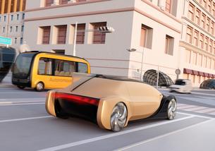 交差点を通過する自動運転車とマイクロバスのイメージ。ライドシェアコンセプトの写真素材 [FYI04645858]