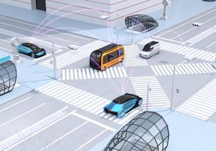 交差点に通過中の自動運転車の間に通信して情報を交換するイメージ。コネクテッドカーコンセプトの写真素材 [FYI04645859]