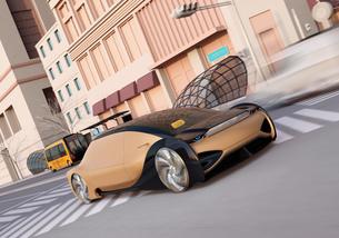交差点を通過する自動運転車のイメージ。向こう側に自動運転マイクロバスが停車中の写真素材 [FYI04645861]
