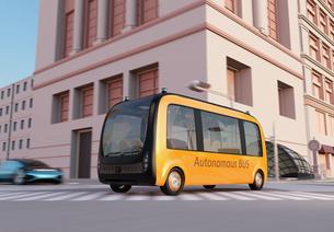 現代都市の交差点を通過する自動運転バスのイメージの写真素材 [FYI04645867]