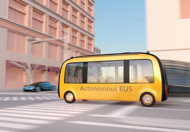 現代都市の交差点を通過する自動運転バスのイメージの写真素材 [FYI04645869]