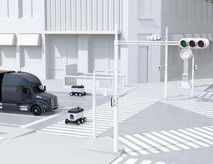 スクランブル交差点を通過する自動運転車と配送ロボットのイメージ。物流のコンセプトの写真素材 [FYI04645952]