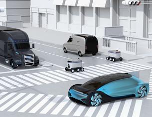 スクランブル交差点を通過する自動運転車と配送ロボットのイメージ。物流のコンセプトの写真素材 [FYI04645957]