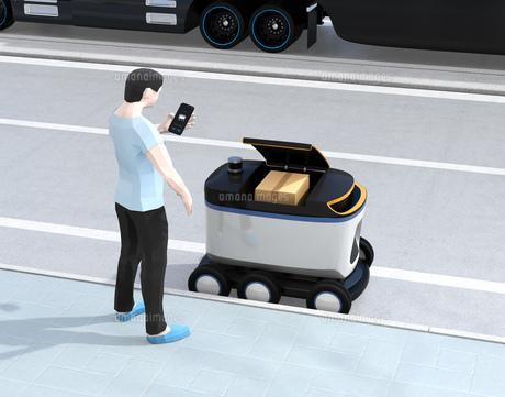 自動運転配送車からスマホアプリで開錠し荷物を受け取る。物流ラストワンマイルのコンセプトの写真素材 [FYI04645970]